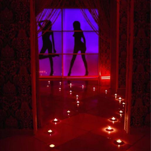 Девушки в салоне Roxy - фото