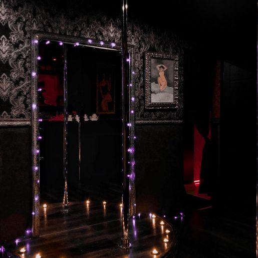 Подиум с пилоном - в салоне Roxy